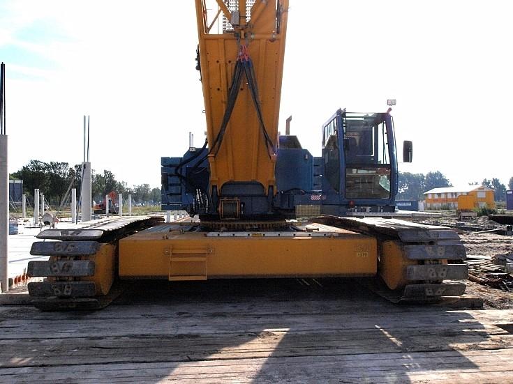 Wide base of crawler crane