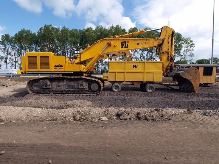 Hitachi Zaxis 670LCH excavator